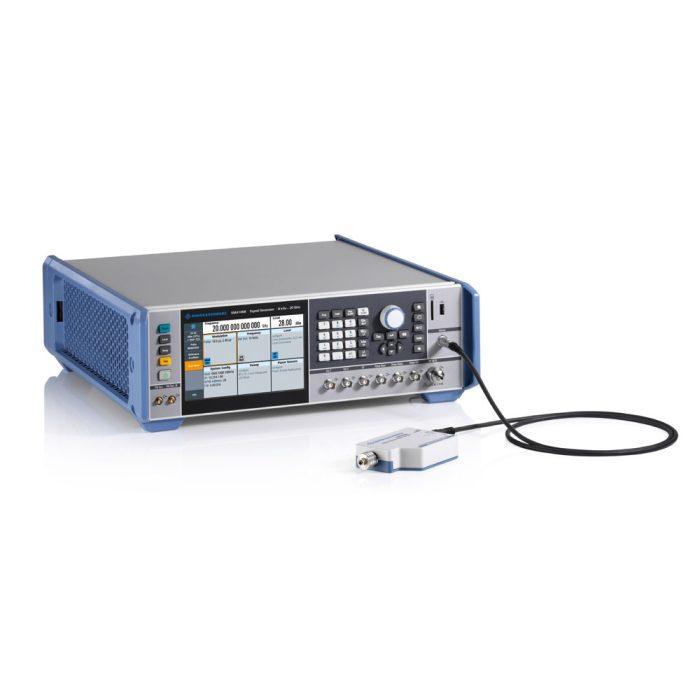 Генератор R&S®SMA100B с подключен-ным датчиком мощности Rohde & Schwarz
